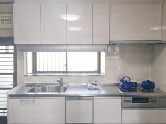 キッチンリフォーム 親子で使うかわいらしく手元も明るいキッチン