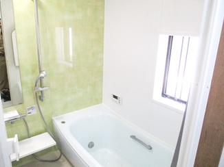 バスルームリフォーム 淡い緑に包まれた安らぎの浴室と収納たっぷり洗面台