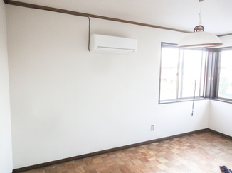 小工事 寝室がより広く感じる真っ白な壁紙