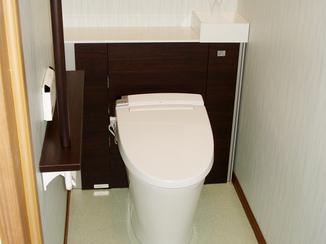トイレリフォーム 背面収納でお手入れの手間を省く、スッキリデザインのトイレ