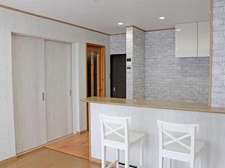 内装リフォーム 白を基調とし、木目やレンガをアクセントで取り入れた内装