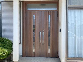 エクステリアリフォーム 大きく開けられ様々なシーンで役立つ、両開きの玄関ドア