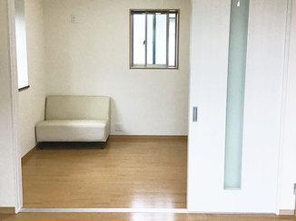 内装リフォーム 用途に合わせて使える、引き戸で間仕切りした洋室