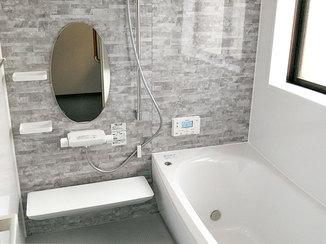 バスルームリフォーム 楕円の鏡がおしゃれなバスルーム