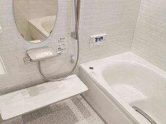 バスルームリフォーム 光沢と奥行き感のあるラグジュアリーなバスルーム